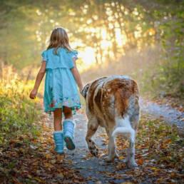 meisje grote hond bos